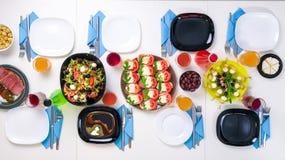 Schön eingestellte Tabelle für acht mit Tellern und Getränken Stockfoto