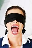 Schön erschrecken Sie junge mit verbundenen Augen Frau Lizenzfreies Stockbild