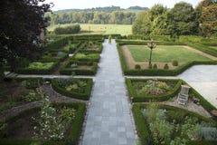 Schön formaler Garten mit Ansicht über die Hügel Stockfotografie