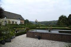 Schön formaler Garten mit Ansicht über die Hügel Lizenzfreies Stockfoto