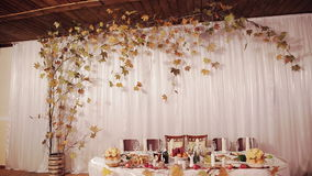 Schön gediente Tabelle in den trockenen Blättern eines Restaurants stock footage