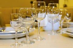 Schön gediente Tabelle in einem Restaurant Stockbilder