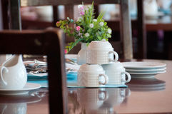 Schön gedienter Abendtisch im Hotelrestaurant Stockbilder