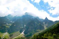 Schön geleuchtet den Berghängen am Feiertags-Tag Stockbilder