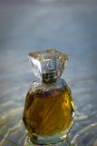 Schön ist mit Frauen ` s Parfümflasche ausgerichtet Lizenzfreies Stockfoto