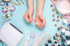 Schön manikürte Nägel auf dem Desktop mit Werkzeugen für Maniküre Sorgfalt über die Nägel stockbild