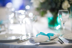 Schön organisiertes Ereignis - gediente Bankettische bereit zu den Gästen stockbild
