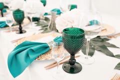 Schön organisiertes Ereignis - gediente festliche Tabellen bereit zu den Gästen lizenzfreie stockbilder