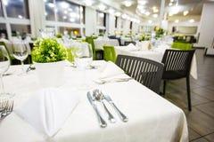 Schön organisiertes Ereignis - gediente festliche weiße Tabellen bereit zu den Gästen Bankett, Heiratsdekor, Feier stockfoto