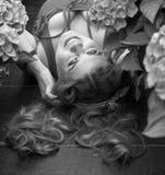 Schön plus das vorbildliche Lügen der Größe in den Blumen Rebecca 6 Stockfotos