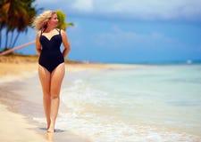 Schön plus die Größenfrau, die auf Sommerstrand geht Lizenzfreies Stockbild