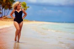 Schön plus die Größenfrau, die auf Sommerstrand geht Lizenzfreie Stockfotos
