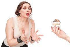 Schön plus die Größenfrau, die mit Gebäck temptating ist Lizenzfreies Stockbild