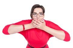 Schön plus Größenfrau in den Gläsern, die ihren Mund mit Han bedecken Stockbild