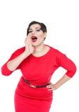 Schön plus Größenfrau formte das Schreien durch Megaphon Hand Stockbild