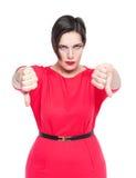 Schön plus Größenfrau im roten Kleid mit den Daumen gestikulieren Sie unten Lizenzfreie Stockfotos