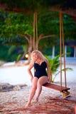 Schön plus Größenfrau schwingt das Sitzen auf Baum, Sommer vacatio Stockbild