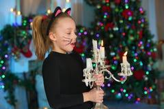 Schön, recht blondes Kindermädchen auf dem Hintergrund eines Baums des neuen Jahres bezaubernd Lizenzfreie Stockbilder