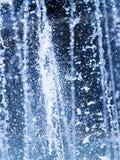 Schön spritzt auf einem blauen Hintergrund Stockfotografie