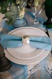 Schön verzieren Sie Hochzeitsplatte mit Kerzen und Blumen Lizenzfreies Stockfoto