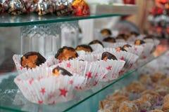 Schön verziert durch eine Sahne Drei Schokoladenplätzchen Stockfotografie