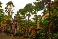 Schön verziert mit traditionellem Balineseeingang zum Haus Ubud Lizenzfreie Stockbilder