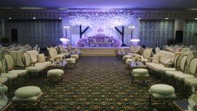 Schön verzierte Banketthalle für Hochzeitsempfang stockfoto