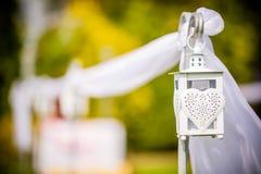 Schön verzierte hängende Heiratslaterne im Freien Einladungskarte mit Perlendekoration und Rosen Boutonniere auf weißem Hintergru lizenzfreie stockbilder