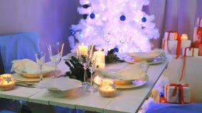 Schön verzierte Tabelle der weißen Weihnacht stock video footage