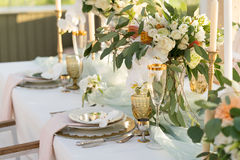 Schön verzierte Tabelle mit Blumen Stockfotos