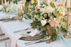 Schön verzierte Tabelle mit Blumen Stockfotografie