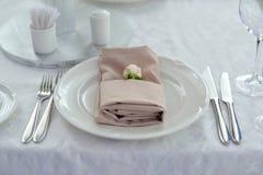 Schön verzierte Tabellen für Gäste mit Blumen stockfotografie