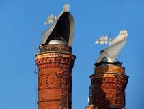 schön verzierte Ziegelsteinkamine Stockfotografie