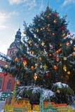 Schön verzierter Weihnachtsbaum auf dem Weihnachtsmarkt Stockbilder