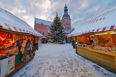 Schön verzierter Weihnachtsbaum auf dem Weihnachtsmarkt Lizenzfreie Stockbilder
