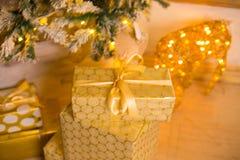Schön verzierter Weihnachtsbaum mit Geschenken unter ihm Stockbilder