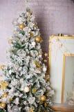 Schön verzierter Weihnachtsbaum mit Geschenken unter ihm Stockfoto