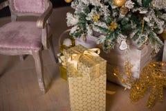 Schön verzierter Weihnachtsbaum mit Geschenken unter ihm Stockfotos