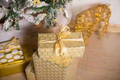 Schön verzierter Weihnachtsbaum mit Geschenken unter ihm Lizenzfreie Stockfotografie