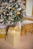 Schön verzierter Weihnachtsbaum mit Geschenken unter ihm Stockbild