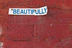 Schön Zeichen auf einer Wand des roten Backsteins stockfotografie