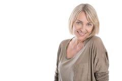 Schöne ältere blonde attraktive lokalisierte Frau, die mit whi lächelt Lizenzfreies Stockfoto