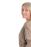 Schöne ältere blonde attraktive lokalisierte Frau, die mit whi lächelt Lizenzfreies Stockbild