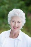 Schöne ältere Dame draußen im Park Stockbilder