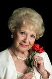 Schöne ältere Dame mit Rose Lizenzfreies Stockbild