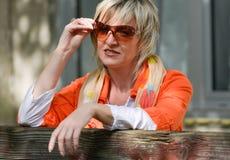Schöne ältere Frau draußen mit Sonnenbrillen im Garten Lizenzfreie Stockfotografie