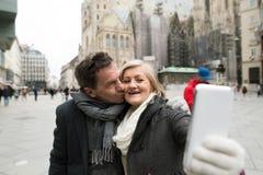 Schöne ältere Paare auf einem Weg im Stadtzentrum, das selfie nimmt Stockbild