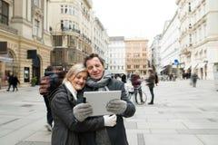 Schöne ältere Paare auf einem Weg im Stadtzentrum, das selfie nimmt Stockfoto