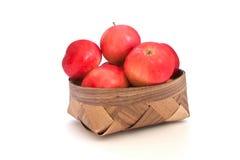 Schöne Äpfel im Korb lokalisiert auf Weiß Stockfotografie