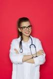 Schöne Ärztin On Red Background Lizenzfreies Stockbild